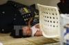 Một em say ngủ tại một cửa hiệu ở Hàng Châu, tỉnh Chiết Giang, Trung Quốc. (Nguồn: AFP/TTXVN)