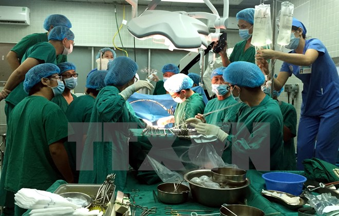 Kíp phẫu thuật thực hiện ghép tạng ở bệnh viện hữu nghị Việt Đức. (Ảnh: Tư liệu Bệnh viện Hữu nghị Việt Đức/TTXVN phát)