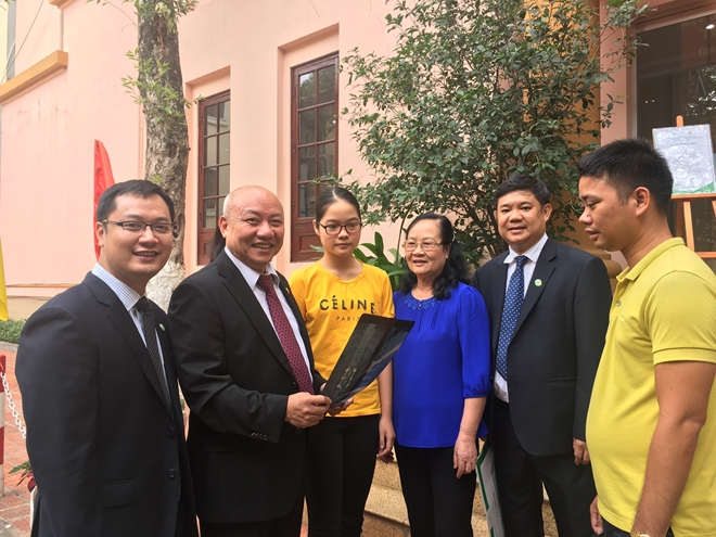 PGS.TS. Nguyễn Văn Thạch (thứ hai từ trái sang) và các thầy thuốc của Khoa Phẫu thuật cột sống, cùng các bệnh nhân đầu tiên được phẫu thuật bằng robot.