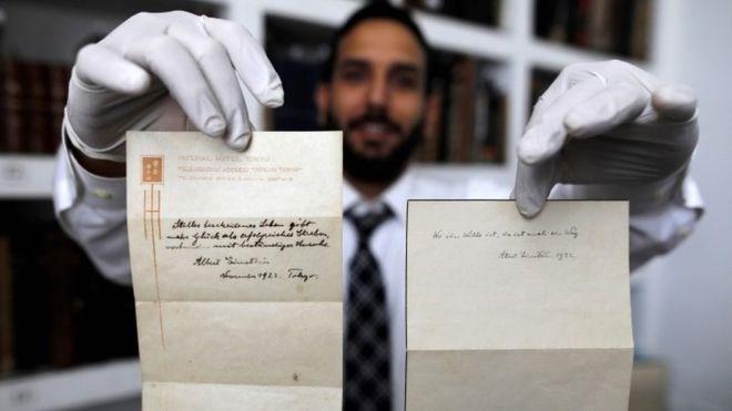 Hai tờ ghi chú về bí quyết cho một cuộc sống hạnh phúc của nhà Vật lý thiên tài Albert Einstein. (Nguồn: AFP)