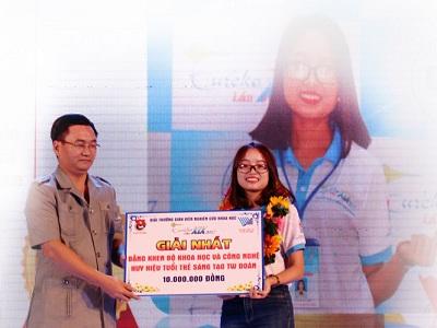 Sinh viên Vũ Thị Mai Anh nhận giải thưởng Sinh viên nghiên cứu khoa học Eureka 2017.