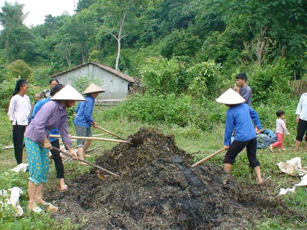 Sở KH&CN hướng dẫn người dân xã Thị Ngân sử dụng chế phẩm EMUNIC làm phân bón hữu cơ vi sinh cho cây trồng.