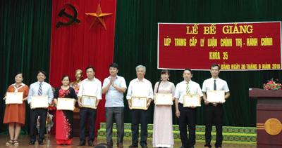 Đồng chí Bế Dũng trao Giấy khen cho các học viên đạt danh hiệu học tập tốt, rèn luyện tốt.
