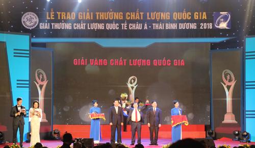 Bộ trưởng Chu Ngọc Anh và ông Nguyễn Đức Chung trao giải vàng cho Công ty TNHH Tập đoàn Vàng bạc đá quý Kim Tín.
