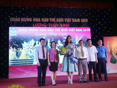 Tân Hoa hậu Lương Thùy Linh chụp ảnh lưu niệm với các đại biểu
