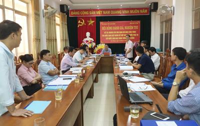 Thành viên Hội đồng và đại diện chính quyền địa phương nơi triển khai đề tài trao đổi thảo luận.