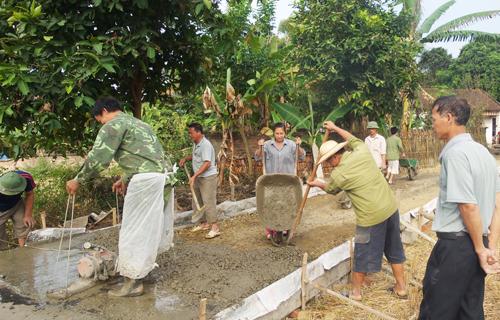 Người dân xã Hưng Đạo, Thành phố Cao Bằng tích cực tham gia xây dựng nông thôn mới. Ảnh HN