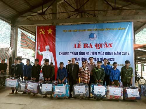Hội Doanh nhân trẻ Cao Bằng và Tổng Công ty Lâm nghiệp Việt Nam tặng quà cho các hộ gia đình có hoàn cảnh khó khăn tại xóm Lũng Lìu