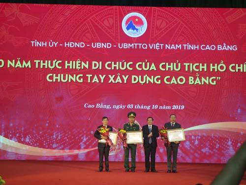 Đồng chí Lại Xuân Môn - Bí thư tỉnh ủy, thừa Ủy quyền của Thủ tướng Chính phủ trao bằng khen của thủ tướng cho 01 tập thể và 02 cá nhân