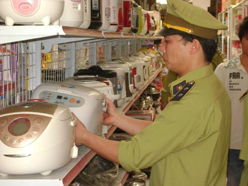 Ban quản lý thị trường huyện Hòa An kiểm tra các thiết bị điện tử tại các cửa hàng trên địa bàn Thị trấn Nước Hai của Huyện Hòa An